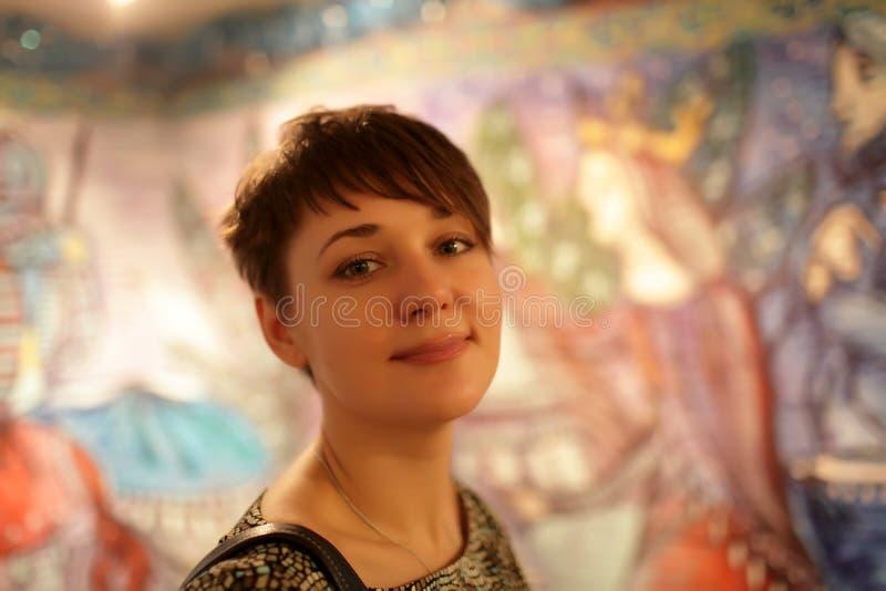 Frau am Kunstmuseum stockbilder