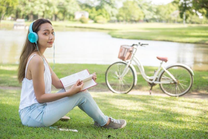 Frau las Buch am Sommerpark lizenzfreies stockbild