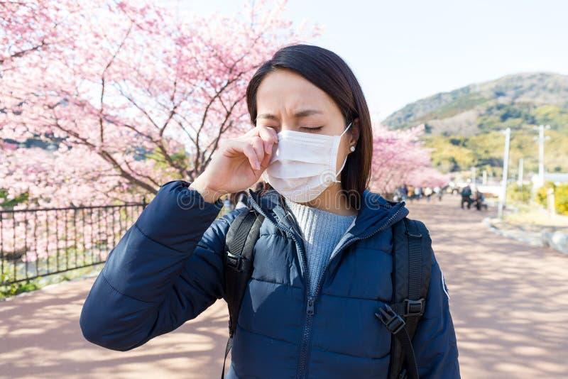 Frau leiden unter Allergie von der Pollenallergie an Kirschblüte-Jahreszeit lizenzfreie stockfotos