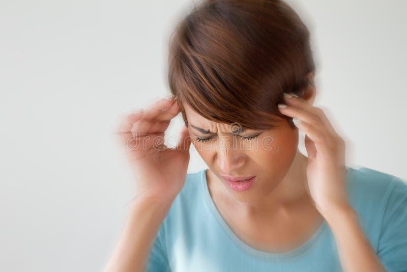 Frau leidet unter den Schmerz, Kopfschmerzen, Krankheit, Migräne, Druck lizenzfreie stockfotografie