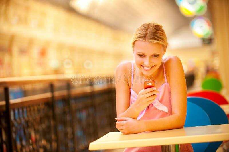 Frau liest sms stockfoto