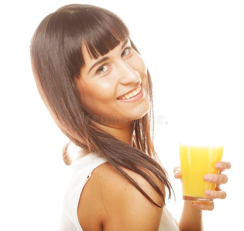 Frau lokalisierter Schuss, der Orangensaft trinkt lizenzfreies stockbild