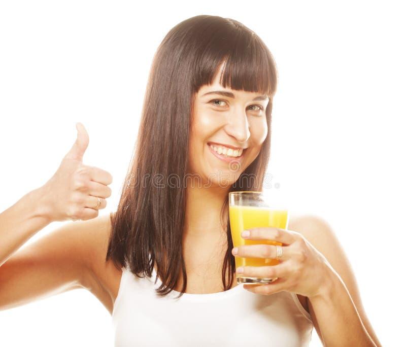 Frau lokalisierter Schuss, der Orangensaft trinkt lizenzfreie stockfotos