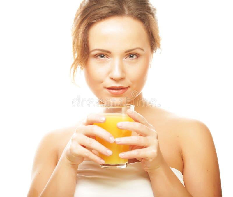 Frau lokalisierter Schuss, der Orangensaft trinkt lizenzfreie stockbilder