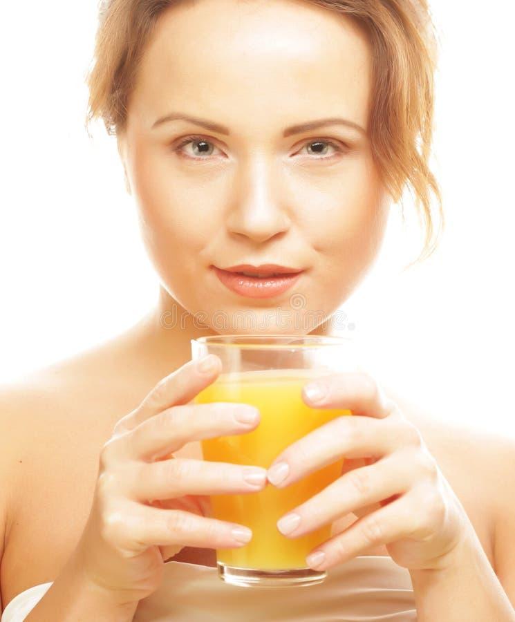 Frau lokalisierter Schuss, der Orangensaft trinkt stockfoto