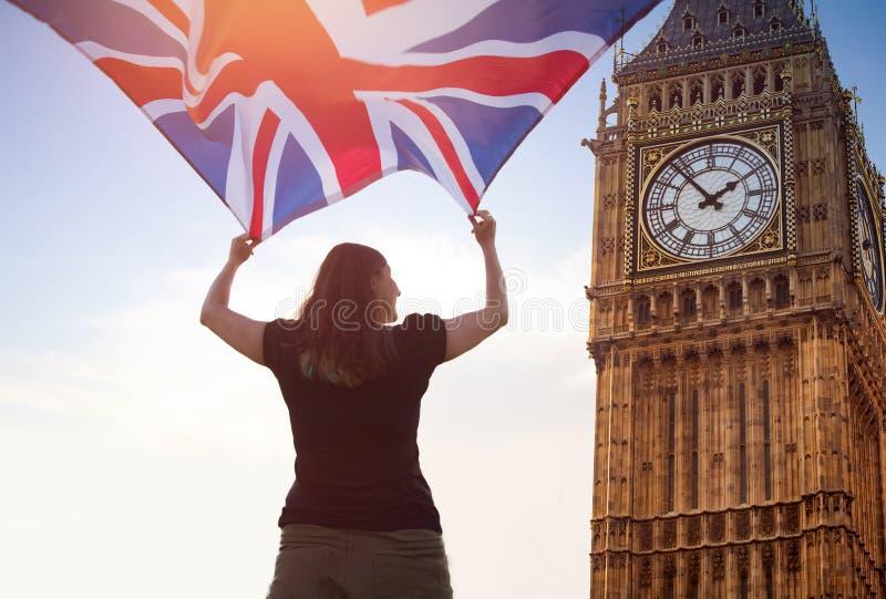 Frau in London mit einer Flagge lizenzfreie stockfotografie