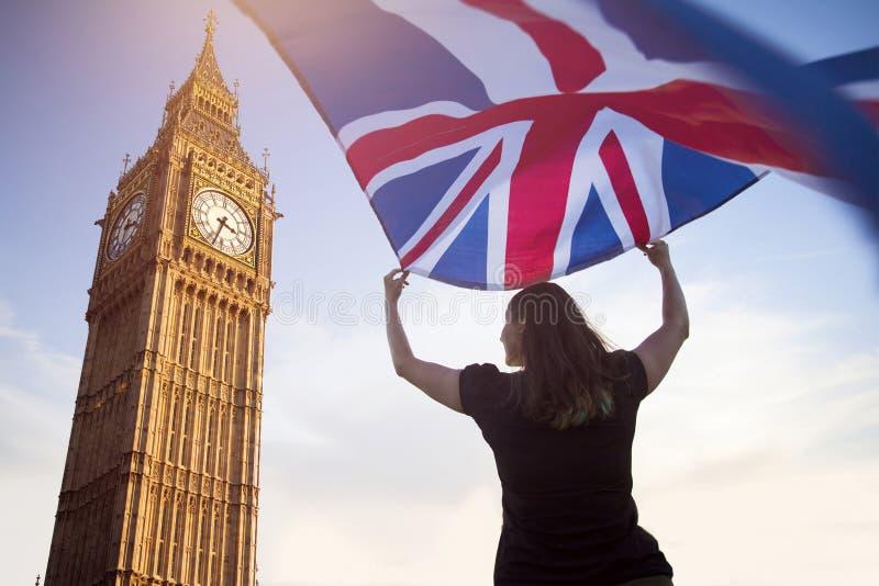 Frau in London mit einer Flagge lizenzfreie stockbilder