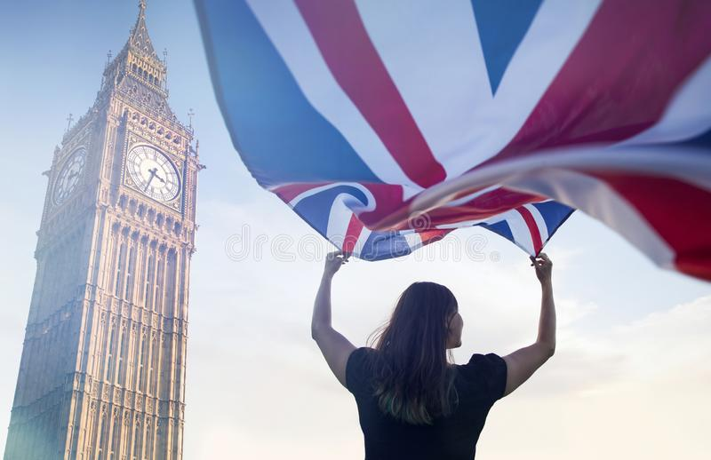 Frau in London mit einer Flagge stockfoto