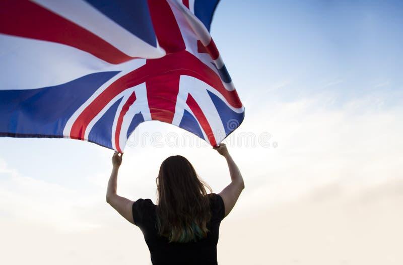 Frau in London mit einer Flagge lizenzfreie stockfotos