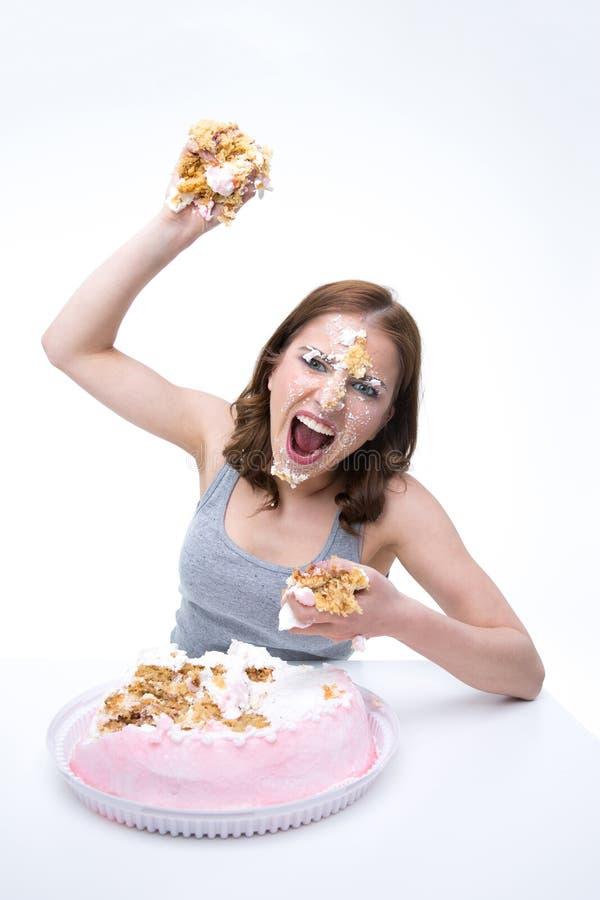 Frau möchte Kuchen in die Kamera werfen lizenzfreies stockfoto