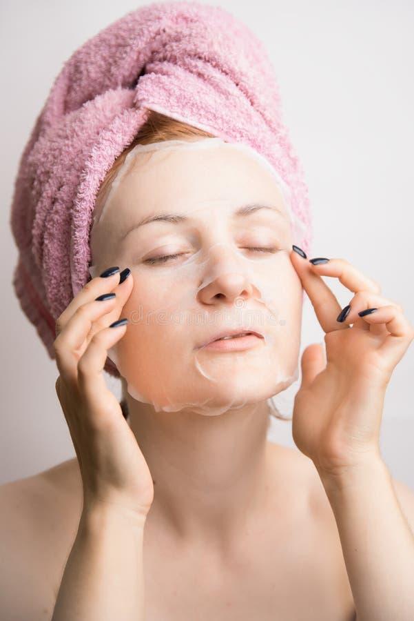 Frau macht eine kosmetische Maskenantifalte lizenzfreie stockfotografie