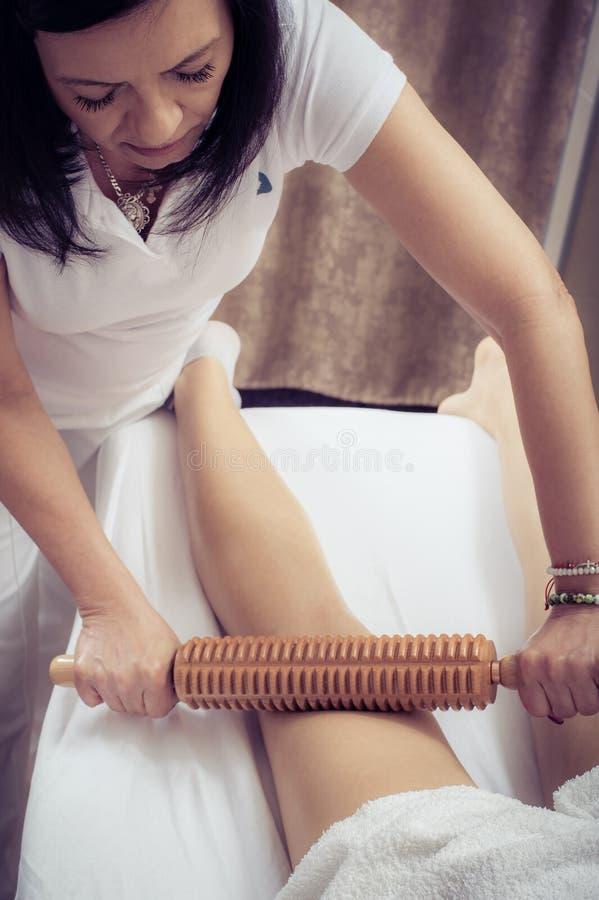 Frau in maderotherapy anticellulite Massagebehandlung am Sch?nheitsbadekurortsalon stockbilder