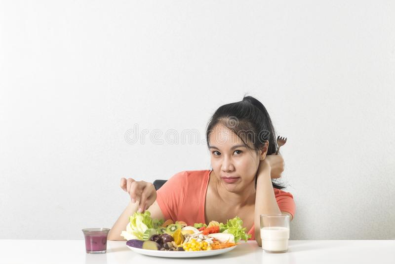 Frau mag nicht Gemüse Unglückliche Frau mag nicht gesundes Lebensmittel stockbild