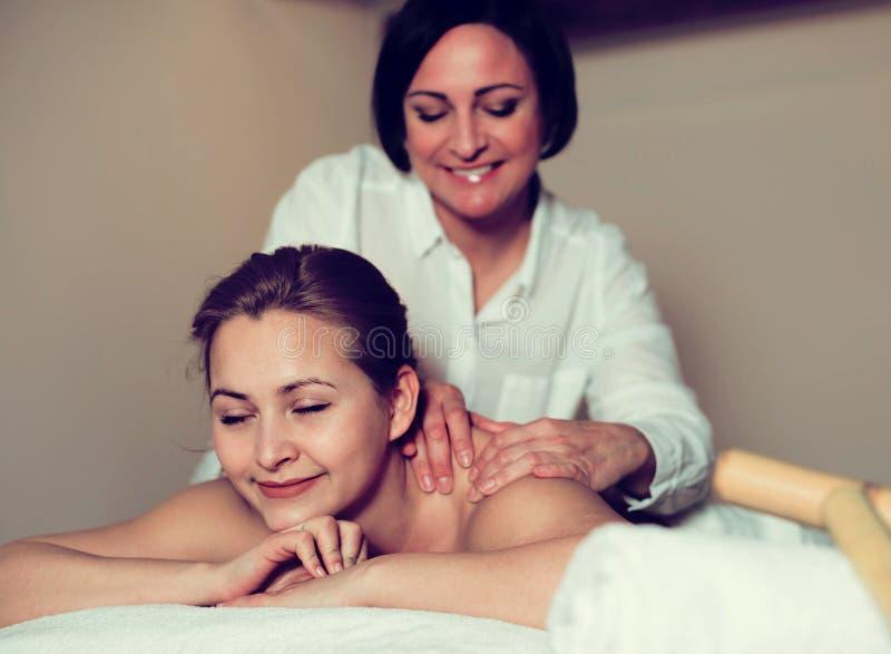 Download Frau Mag Verfahren Der Massage Stockbild - Bild von entspannung, fröhlichkeit: 90235075
