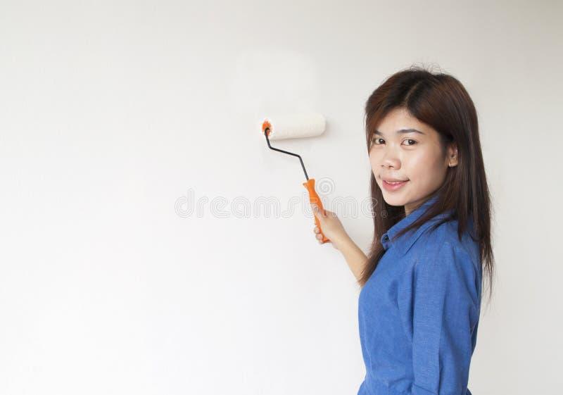 Frau malt die Wand stockfotografie