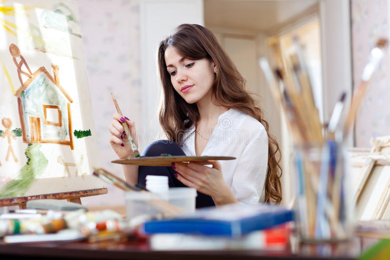 Frau malt nach Hause von den Träumen auf Segeltuch lizenzfreies stockbild