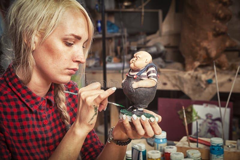 Frau malt Statue lizenzfreie stockfotos