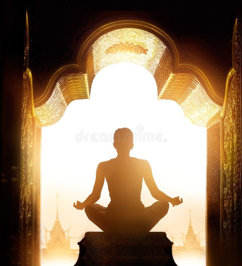 Frau meditierte am Goldschongebietbogen morgens lizenzfreies stockfoto
