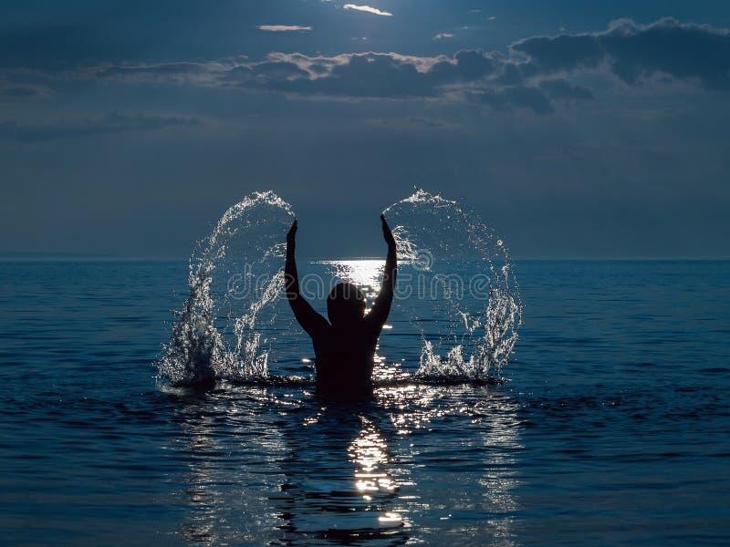 Frau in Meer lizenzfreies stockbild