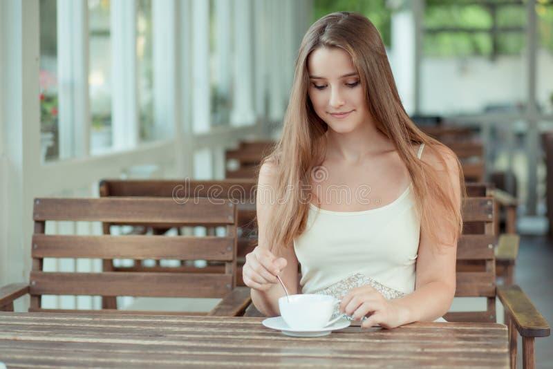 Frau mischt Zucker in ihrer Tasse heißen Getränketee oder Kaffee lizenzfreies stockbild