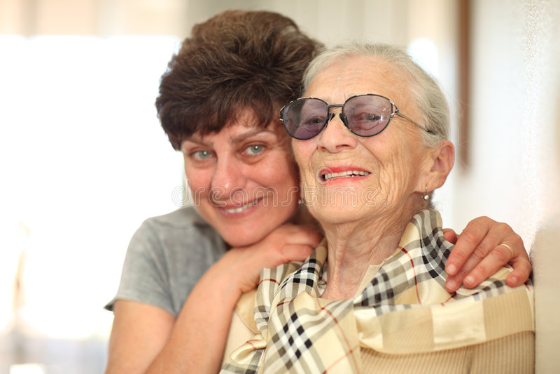 Frau mit älterer Mutter lizenzfreie stockbilder