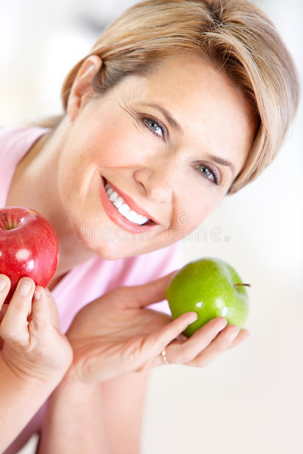 Frau mit Äpfeln lizenzfreies stockbild