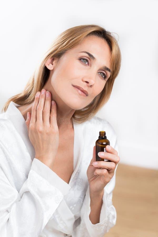 Frau mit ätherischen Ölen stockfotos