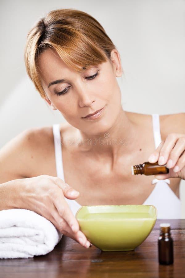 Frau mit ätherischen Ölen stockfotografie