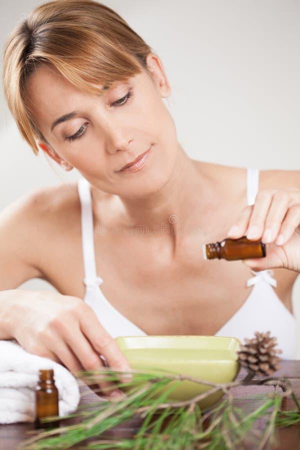 Frau mit ätherischen Ölen lizenzfreie stockbilder