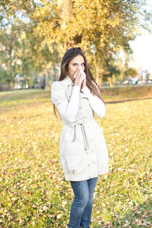 Frau mit Allergie oder Kälte lizenzfreie stockfotografie