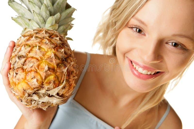 Frau mit Ananas lizenzfreie stockfotografie