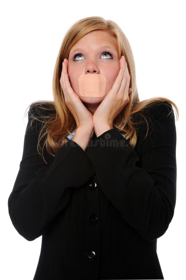 Frau mit anhaftendem Verband über Mund lizenzfreie stockfotos
