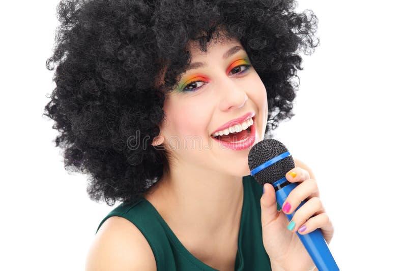 Frau Mit Anhaltenem Afromikrophon Stockfoto