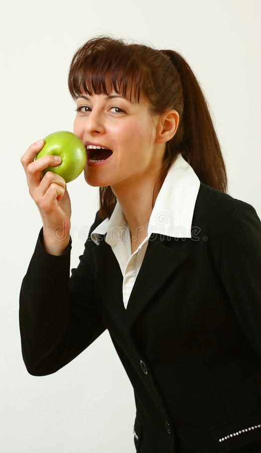 Frau mit Apfel lizenzfreie stockfotografie