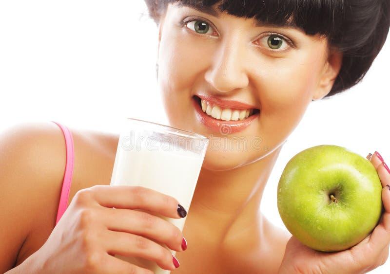 Frau mit Apfel und Milch lizenzfreie stockfotos