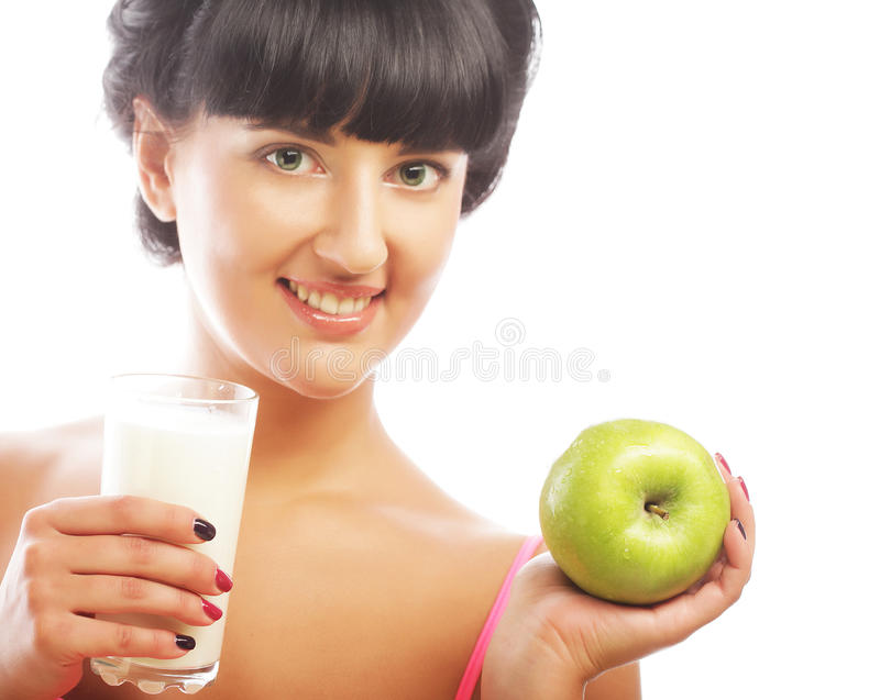Frau mit Apfel und Milch stockfotos