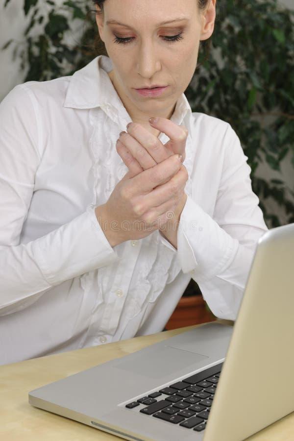 Frau mit Arthritis in den Schmerz stockbilder