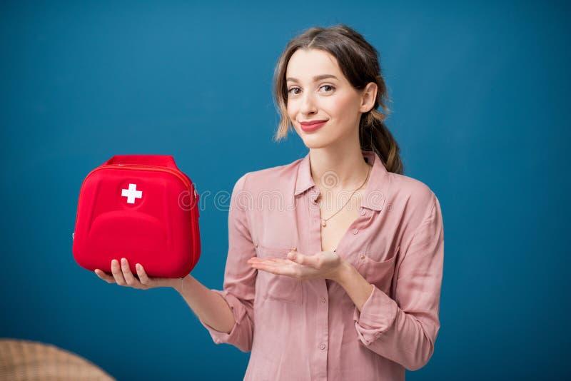 Frau mit Ausrüstung der ersten Hilfe lizenzfreies stockfoto