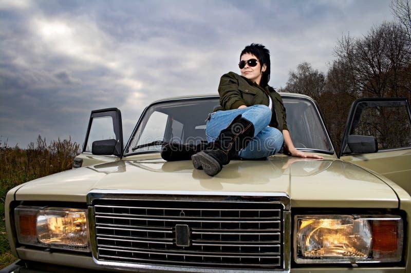 Frau mit Auto lizenzfreie stockbilder