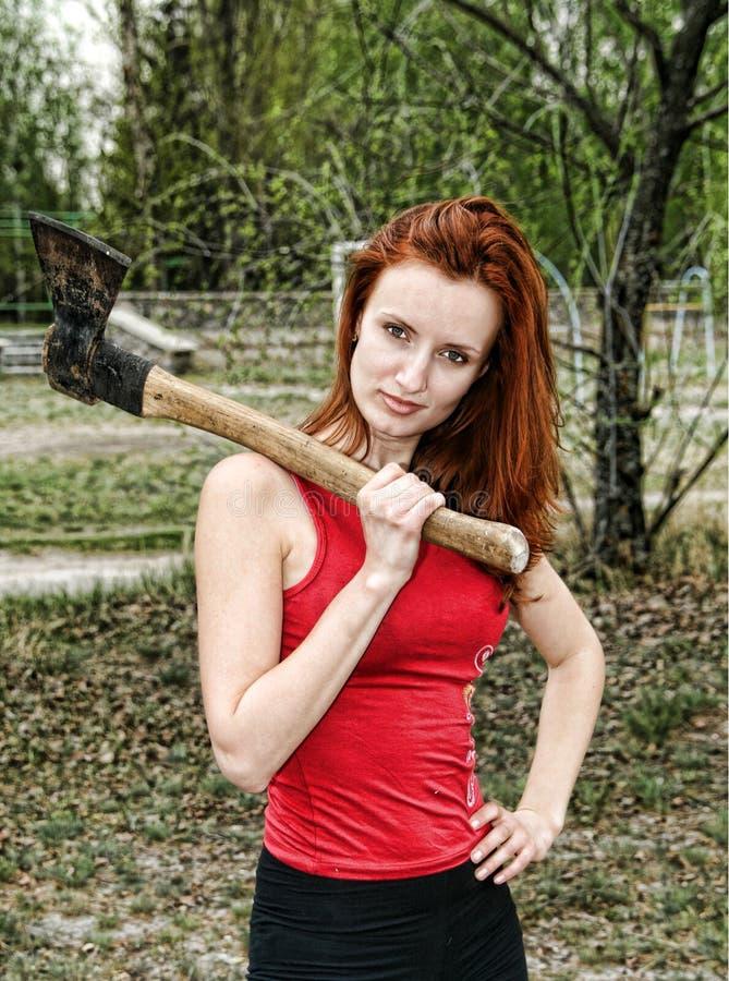 Frau mit Axt lizenzfreie stockfotos