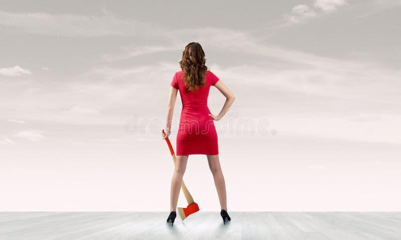 Frau mit Axt lizenzfreie stockbilder