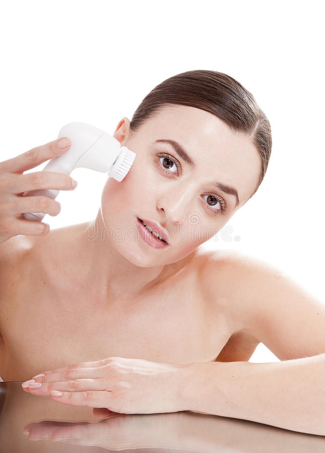Frau mit Bürste für tief Reinigungsgesichtsbehandlung. stockfotos