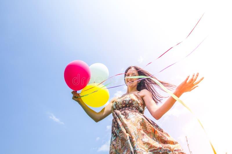 Frau mit Ballonen lizenzfreie stockbilder