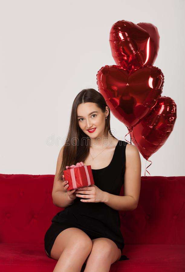 Frau mit Ballonen in Valentine Day lizenzfreie stockfotografie
