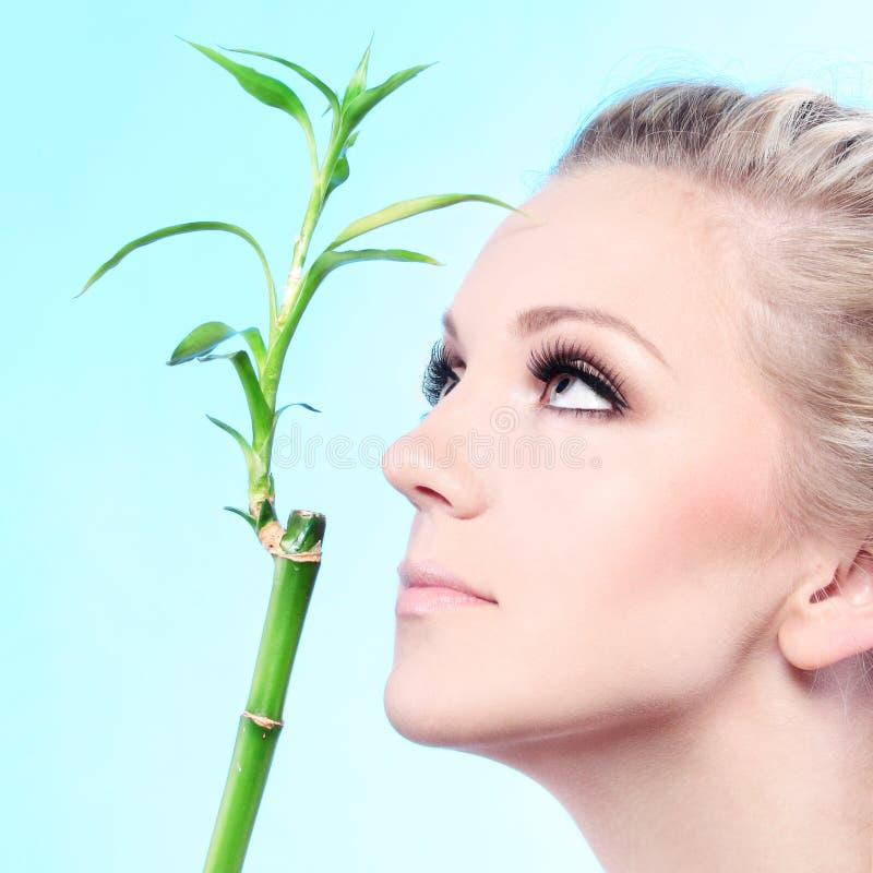 Frau mit Bambus lizenzfreie stockfotografie