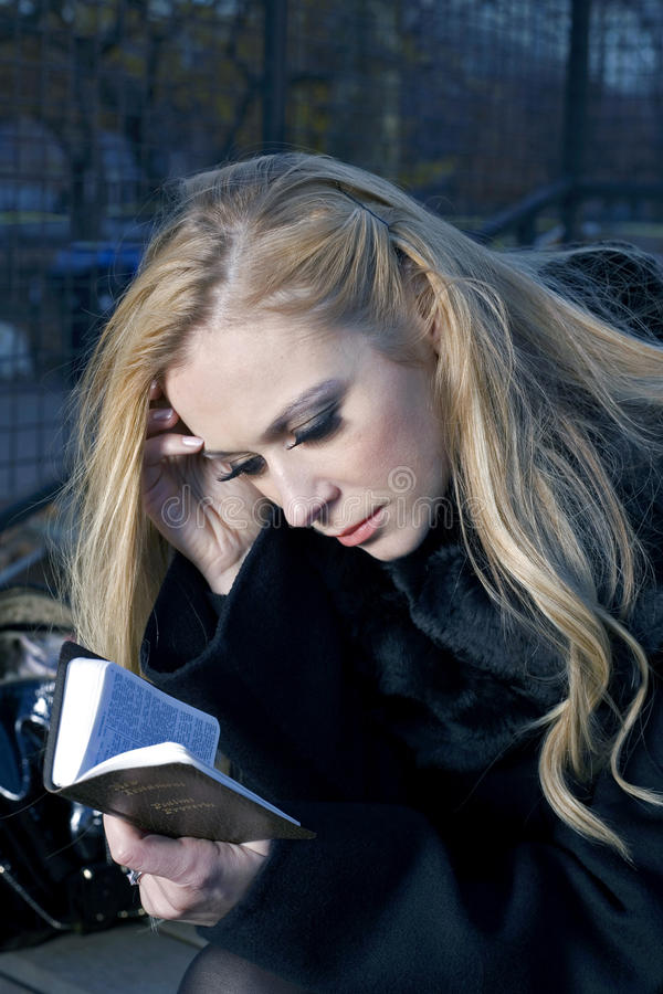 Frau mit Bibel stockbild