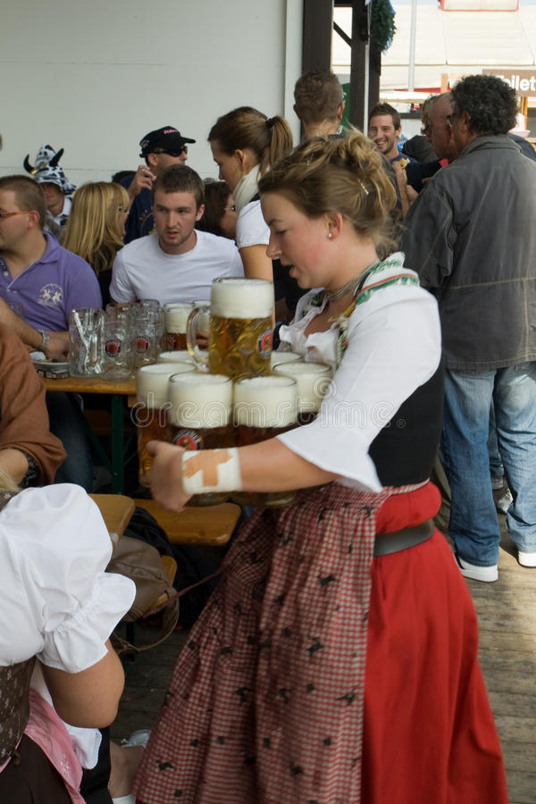Frau mit Bier lizenzfreies stockfoto
