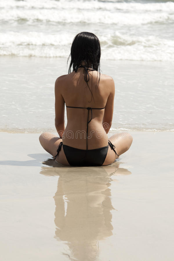 Frau mit Bikini auf dem Strand stockbild