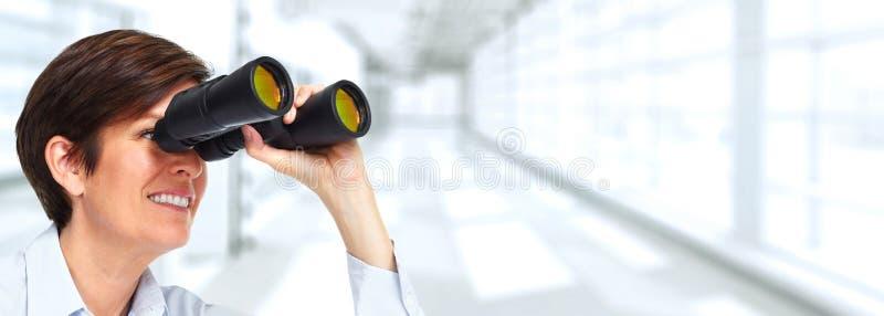 Frau mit binokularem lizenzfreie stockbilder