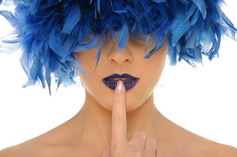 Frau mit Blau fährt Lippen und geschlossene Augen auf Segelstellung lizenzfreies stockbild